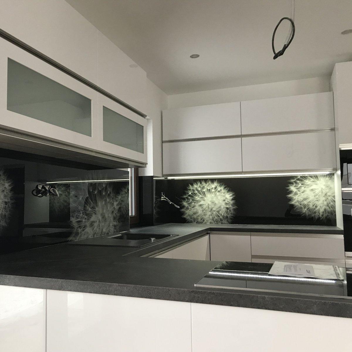 1ddbfdf8fed5 Sklo ako obklad nielen do kuchyne. Nahraďte tradičný keramický obklad  súvislou sklenenou plochou ...