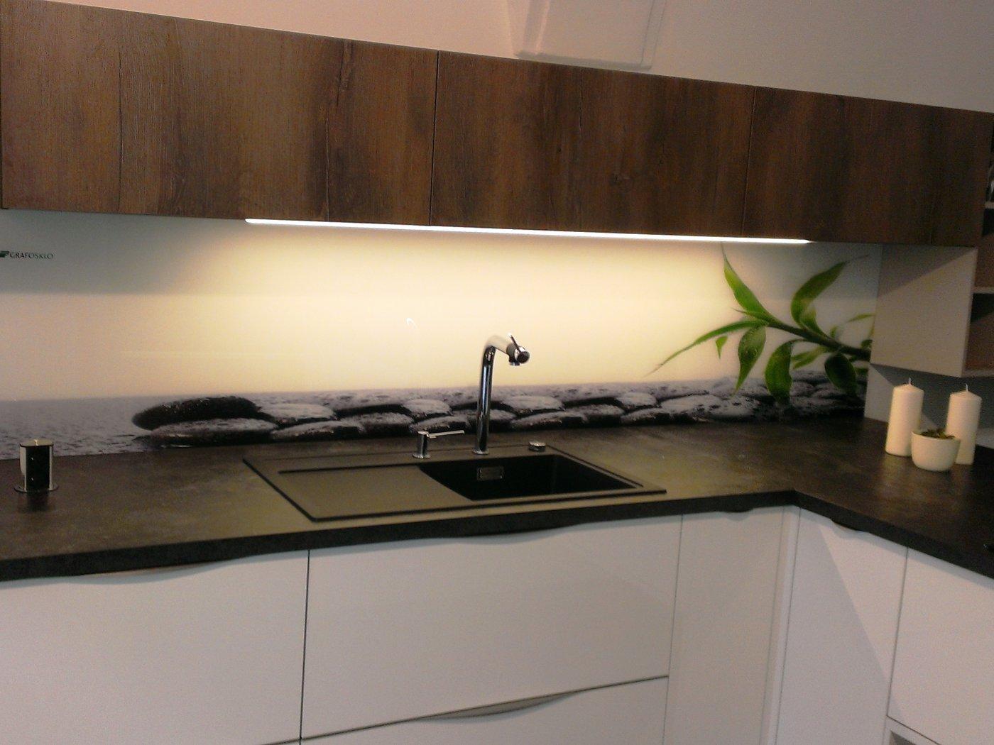 5870d7ae2d4c Každá kuchyňa sa stane vďaka sklu jedinečným prvkom v interiéri. Samotné  sklo pre kuchynské zásteny v bezpečnostnom prevedení